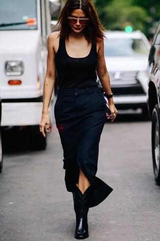 Cómo combinar unas botas camperas de cuero negras: Elige una camiseta sin manga negra y una falda midi con recorte azul marino para conseguir una apariencia glamurosa y elegante. Si no quieres vestir totalmente formal, opta por un par de botas camperas de cuero negras.