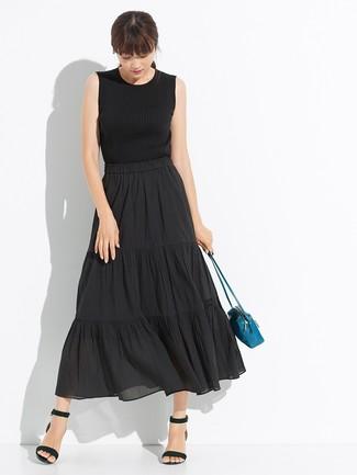 Cómo combinar: camiseta sin manga de punto negra, falda midi plisada negra, sandalias de tacón de cuero negras, bolso bandolera de cuero en verde azulado