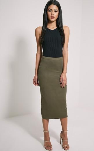 Look de moda: Camiseta sin manga negra, Falda midi verde oliva, Sandalias de tacón de cuero marrón claro