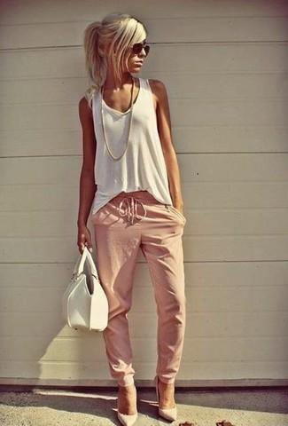 Cómo combinar: camiseta sin manga blanca, pantalón de chándal rosado, zapatos de tacón de cuero blancos, cartera de cuero blanca
