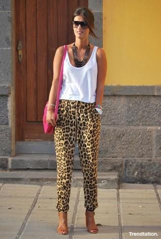 Cómo combinar: camiseta sin manga blanca, pantalón de pinzas de leopardo marrón claro, sandalias de tacón de cuero marrónes, bolso bandolera de cuero rosa