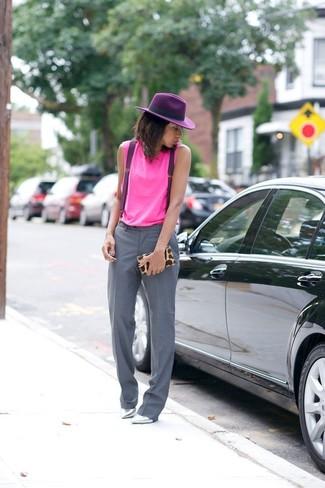 Cómo combinar unos tirantes: Considera emparejar una camiseta sin manga rosa con unos tirantes transmitirán una vibra libre y relajada. Zapatos de tacón de cuero plateados son una opción incomparable para complementar tu atuendo.