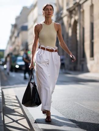 Cómo combinar unas chinelas de cuero burdeos: Elige una camiseta sin manga en beige y unos pantalones anchos vaqueros blancos para conseguir una apariencia glamurosa y elegante. ¿Te sientes valiente? Usa un par de chinelas de cuero burdeos.