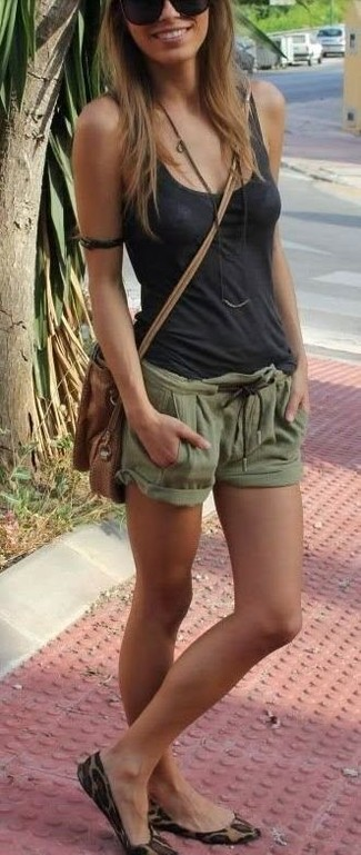 Cómo combinar: camiseta sin manga en gris oscuro, pantalones cortos verde oliva, bailarinas de ante de leopardo marrón claro, bolso bandolera de cuero marrón