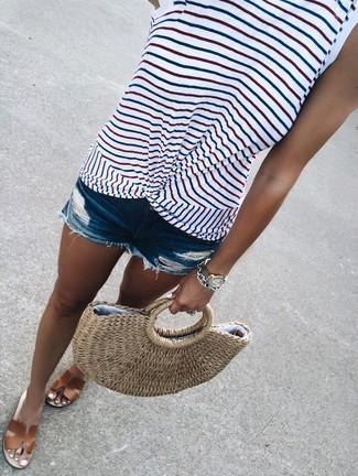 Cómo combinar: camiseta sin manga de rayas horizontales blanca, pantalones cortos vaqueros desgastados azules, sandalias planas de cuero marrónes, bolsa tote de paja marrón claro