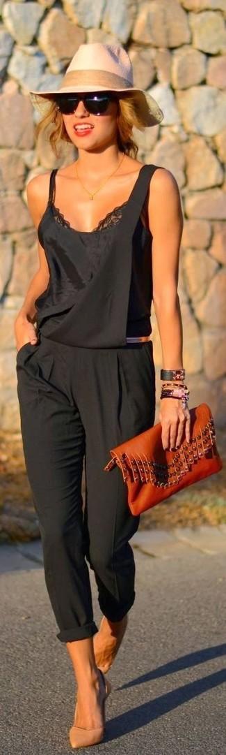 Cómo combinar: camiseta sin manga de encaje negra, peto negro, zapatos de tacón de cuero marrón claro, cartera sobre de cuero en tabaco