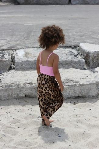 Cómo combinar: camiseta sin manga rosada, pantalones de leopardo marrónes