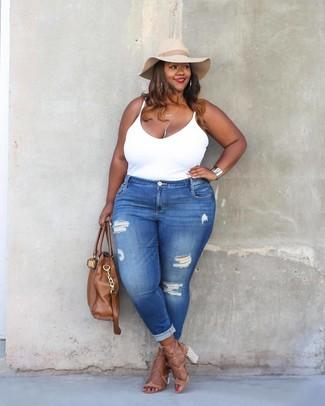Cómo combinar: camiseta sin manga blanca, vaqueros pitillo desgastados azules, sandalias de tacón de cuero marrón claro, bolsa tote de cuero marrón