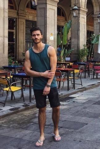Cómo combinar unas chanclas: Mantén tu atuendo relajado con una camiseta sin mangas azul marino y unos pantalones cortos negros. Haz este look más informal con chanclas.