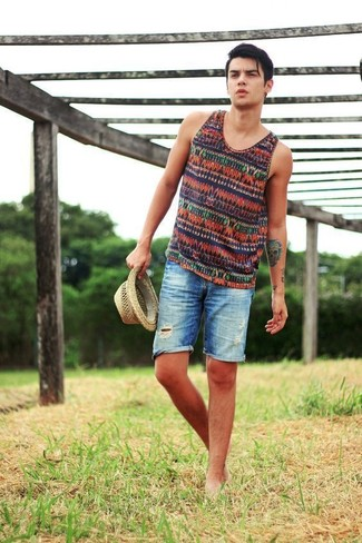 Cómo combinar: camiseta sin mangas de rayas horizontales en multicolor, pantalones cortos vaqueros desgastados azules, sombrero de paja en beige
