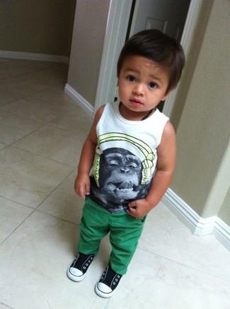 Cómo combinar: camiseta sin mangas estampada blanca, pantalones verdes, zapatillas en negro y blanco