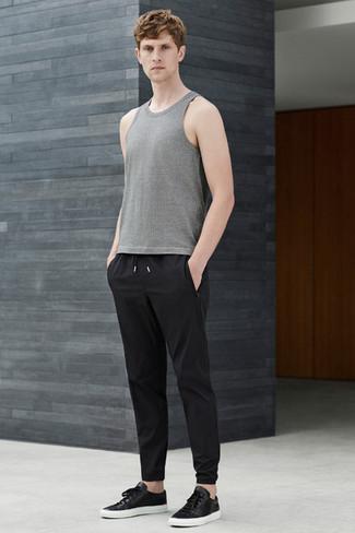 Cómo combinar: camiseta sin mangas gris, pantalón de chándal negro, tenis de cuero negros