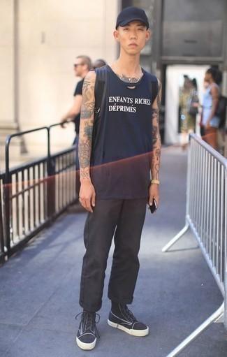 Cómo combinar un pantalón chino negro para hombres adolescentes: Intenta ponerse una camiseta sin mangas estampada azul marino y un pantalón chino negro transmitirán una vibra libre y relajada. Zapatillas altas de lona en negro y blanco son una opción inmejorable para complementar tu atuendo.