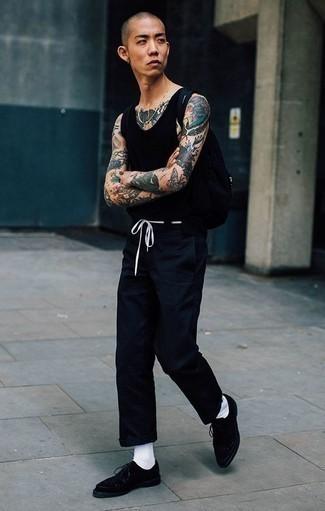 Cómo combinar unos zapatos derby de ante negros: Ponte una camiseta sin mangas negra y un pantalón chino azul marino para un look agradable de fin de semana. Opta por un par de zapatos derby de ante negros para mostrar tu inteligencia sartorial.