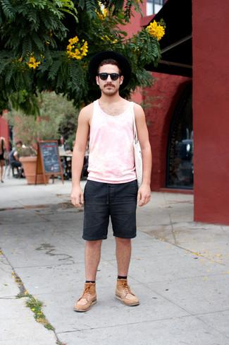 Cómo combinar una bolsa tote de lona blanca: Elige por la comodidad con una camiseta sin mangas rosada y una bolsa tote de lona blanca. Opta por un par de botas casual de cuero marrón claro para mostrar tu inteligencia sartorial.