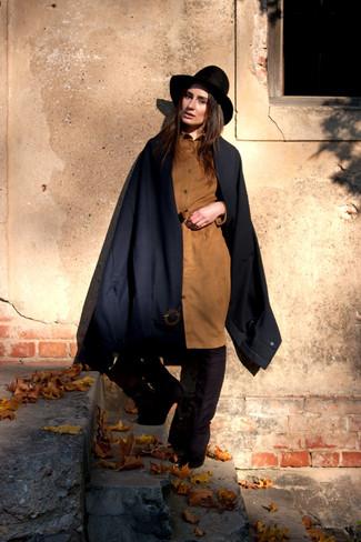 Cómo combinar: capa azul marino, vestido camisa de ante marrón claro, botas sobre la rodilla de ante negras, sombrero de lana negro