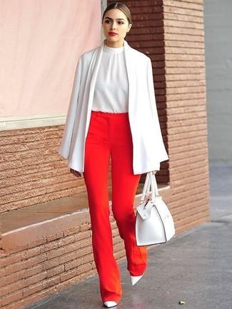 Cómo combinar: capa blanca, blusa sin mangas de seda blanca, pantalones anchos rojos, zapatos de tacón de cuero blancos