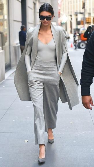Cómo combinar: capa gris, camiseta de manga larga gris, pantalones anchos grises, zapatos de tacón de ante grises