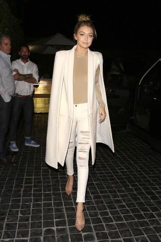 Look de Gigi Hadid: Capa en beige, Camiseta de manga larga en beige, Vaqueros pitillo desgastados blancos, Zapatos de tacón de cuero marrón claro