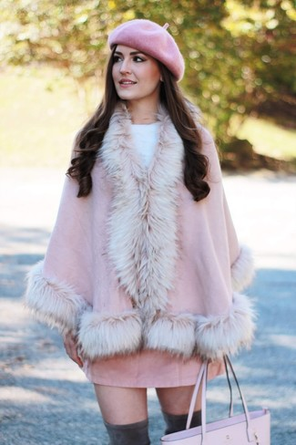 Outfits mujeres: Usa una capa rosada y una minifalda de ante rosada para un look diario sin parecer demasiado arreglada. Botas sobre la rodilla de ante en gris oscuro son una opción perfecta para completar este atuendo.