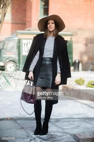Cómo combinar: capa negra, jersey con cuello circular de rayas horizontales en blanco y negro, minifalda de cuero negra, botas de caña alta de ante negras