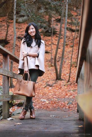 Outfits mujeres: Elige una capa rosada y unos vaqueros pitillo verde oscuro para lidiar sin esfuerzo con lo que sea que te traiga el día. Botines de cuero en tabaco son una opción grandiosa para complementar tu atuendo.