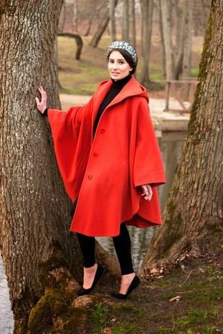 Cómo combinar: capa roja, jersey de cuello alto negro, leggings negros, bailarinas de ante negras