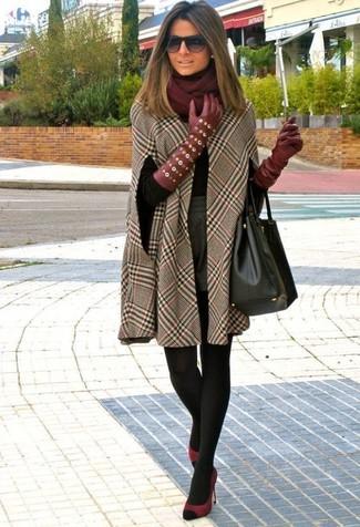 Cómo combinar: capa a cuadros marrón, jersey de cuello alto negro, pantalones cortos de lana grises, zapatos de tacón de ante burdeos