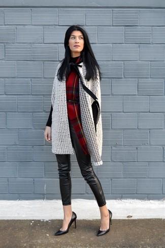 Cómo combinar: capa en beige, jersey de cuello alto negro, pantalones pitillo de cuero negros, zapatos de tacón de cuero negros