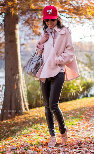 Cómo combinar: capa rosada, jersey de cuello alto de rayas horizontales gris, pantalones pitillo de cuero negros, náuticos de cuero rosados