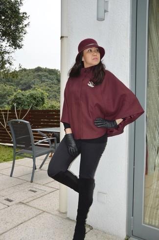 Cómo combinar: capa burdeos, leggings negros, botas de caña alta de ante negras, guantes de cuero negros