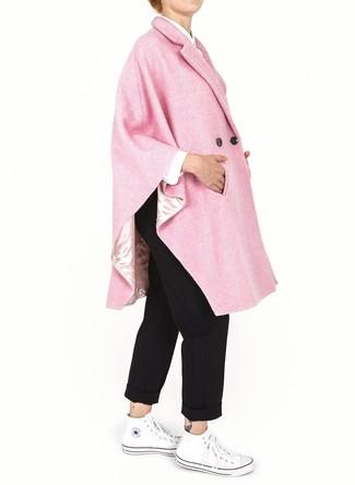 Outfits mujeres en clima cálido: Para un atuendo que esté lleno de caracter y personalidad intenta combinar una capa rosada con un pantalón chino negro. Zapatillas altas de lona blancas añaden un toque de personalidad al look.