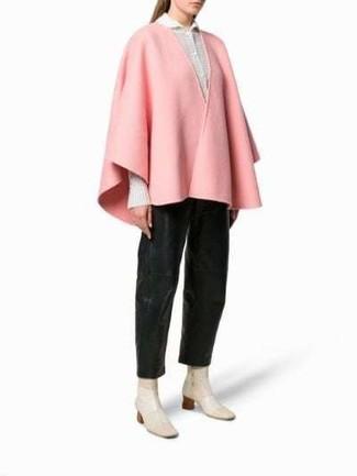 Outfits mujeres en clima cálido: Elige una capa rosada y unos pantalones anchos de cuero negros para lograr un look de vestir pero no muy formal. Botines de cuero en beige son una opción excelente para complementar tu atuendo.