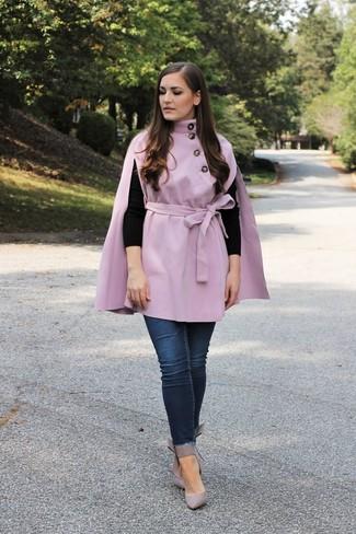 Outfits mujeres en clima cálido: Para un atuendo que esté lleno de caracter y personalidad intenta ponerse una capa violeta claro y unos vaqueros pitillo azul marino. Zapatos de tacón de cuero grises son una opción estupenda para complementar tu atuendo.