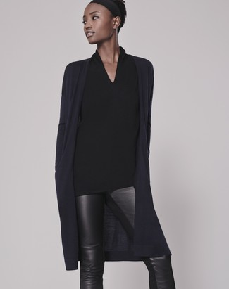 Cómo combinar: cárdigan abierto azul marino, blusa de manga larga negra, pantalones pitillo de cuero negros