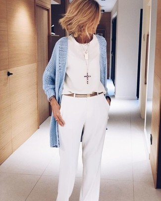 Cómo combinar: cárdigan abierto celeste, blusa sin mangas de gasa blanca, pantalones anchos blancos, correa de cuero dorada