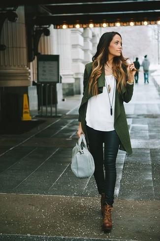 Cómo combinar: cárdigan abierto verde oscuro, blusa sin mangas blanca, pantalones pitillo de cuero negros, botines con cordones de cuero marrónes