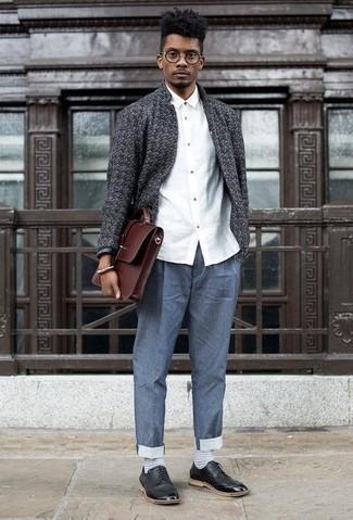 Cómo combinar un portafolio de cuero marrón: Ponte un cárdigan abierto en gris oscuro y un portafolio de cuero marrón transmitirán una vibra libre y relajada. Usa un par de zapatos derby de cuero negros para mostrar tu inteligencia sartorial.