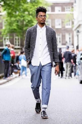 Moda para hombres de 20 años: Equípate un cárdigan abierto en gris oscuro con un pantalón chino azul para una apariencia fácil de vestir para todos los días. Opta por un par de zapatos derby de cuero negros para mostrar tu inteligencia sartorial.