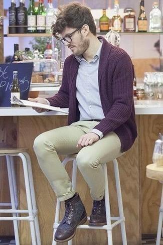 Cómo combinar unas botas brogue de cuero en marrón oscuro: Haz de un cárdigan abierto morado oscuro y un pantalón chino en beige tu atuendo para una vestimenta cómoda que queda muy bien junta. Haz botas brogue de cuero en marrón oscuro tu calzado para mostrar tu inteligencia sartorial.