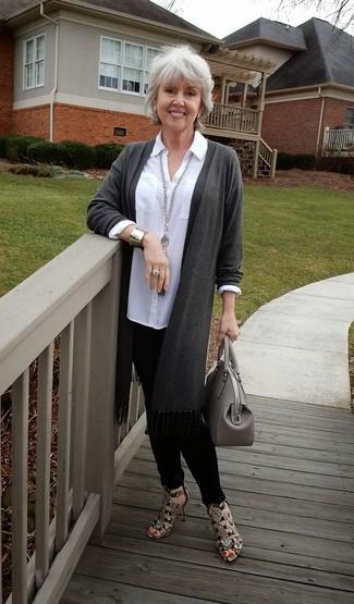 Cómo combinar una bolsa tote de cuero gris para mujeres de 50 años: Para un atuendo tan cómodo como tu sillón ponte un cárdigan abierto en gris oscuro y una bolsa tote de cuero gris. Sandalias de tacón de cuero con print de serpiente marrónes son una sencilla forma de complementar tu atuendo.