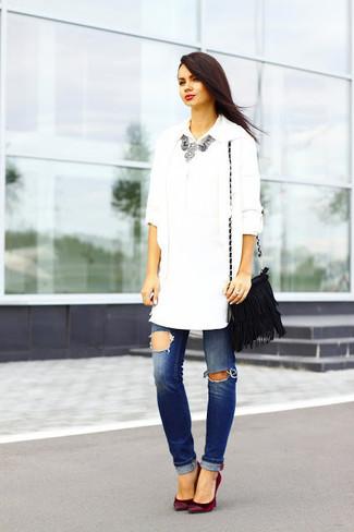 Cómo combinar: cárdigan abierto blanco, camisa de vestir blanca, vaqueros desgastados azules, zapatos de tacón de ante burdeos