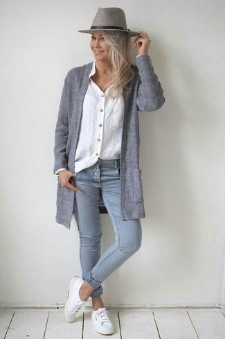 Cómo combinar: cárdigan abierto gris, camisa de vestir de lino blanca, vaqueros pitillo grises, tenis de lona blancos