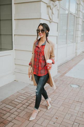 Cómo combinar: cárdigan abierto de punto marrón claro, camisa de vestir de tartán roja, vaqueros pitillo desgastados negros, zapatos de tacón de cuero en beige