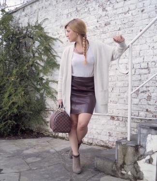 Cómo combinar un collar plateado para mujeres de 30 años: Mantén tu atuendo relajado con un cárdigan abierto blanco y un collar plateado. Botines de ante grises son una opción incomparable para complementar tu atuendo.