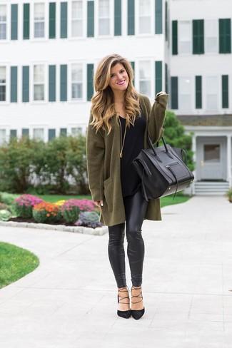 Cómo combinar: cárdigan abierto verde oliva, camiseta con cuello circular negra, leggings de cuero negros, zapatos de tacón de ante negros