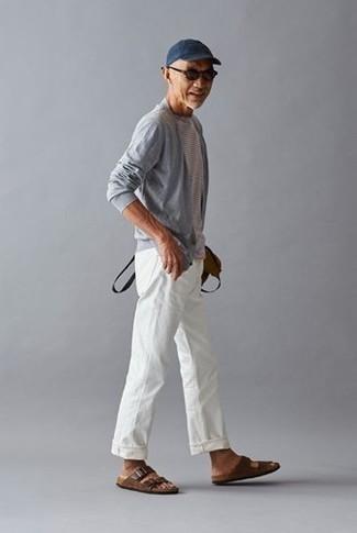 Moda para hombres de 50 años estilo relajado: Elige un cárdigan abierto gris y un pantalón chino blanco para un look diario sin parecer demasiado arreglada. Sandalias de cuero en marrón oscuro añadirán un nuevo toque a un estilo que de lo contrario es clásico.