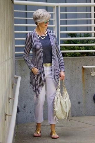 Cómo combinar: cárdigan abierto de rayas horizontales en blanco y azul marino, camiseta con cuello circular azul marino, pantalón de pinzas de lino blanco, sandalias de dedo doradas