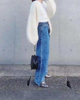 Cómo combinar: cárdigan abierto de punto blanco, camiseta con cuello circular blanca, pantalones anchos vaqueros azules, mocasín de cuero plateados