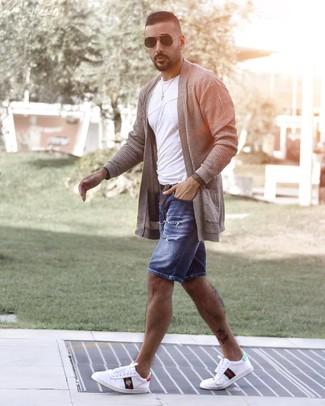 Cómo combinar: cárdigan abierto gris, camiseta con cuello circular blanca, pantalones cortos vaqueros desgastados azules, tenis estampados blancos